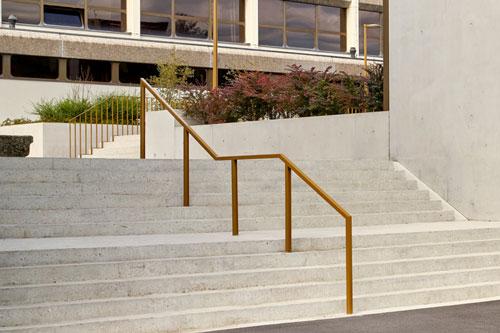 éclairage public d'escalier extérieur et main courante pour une école
