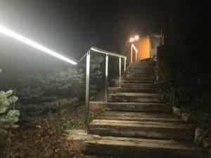 éclairage de la main courant avec bande de LED d'un escalier