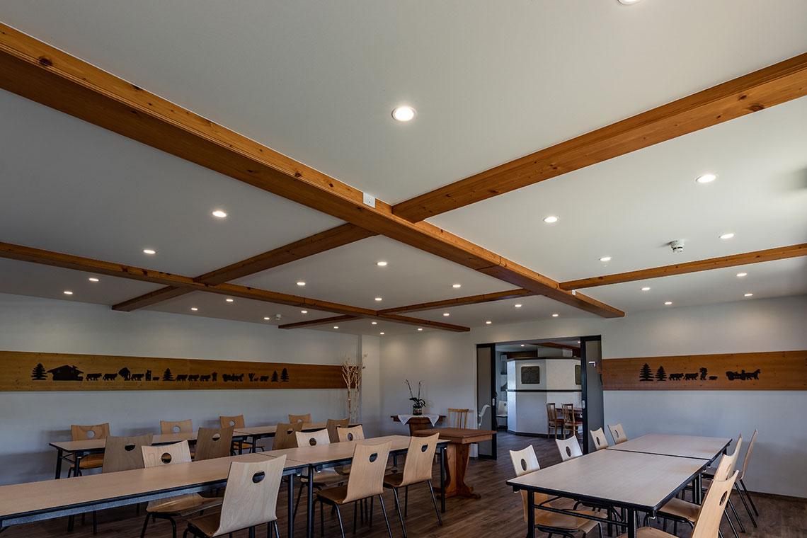 éclairage d'un restaurant avec spots intégrés au plafond